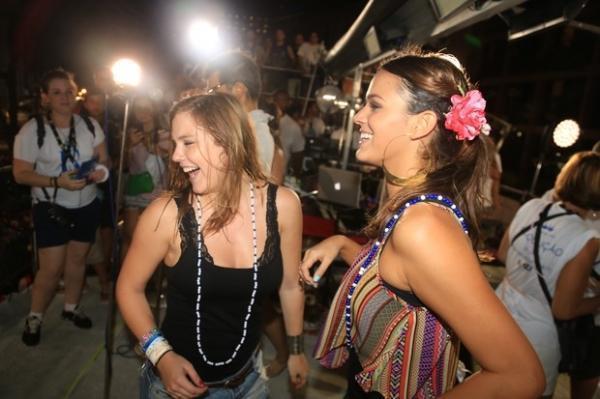 Bruna Marquezine sobe no trio de Ivete Sangalo e dança
