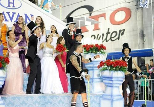 Felipe Titto faz um gesto obsceno e causa polêmica durante Carnaval de Santa Catarina