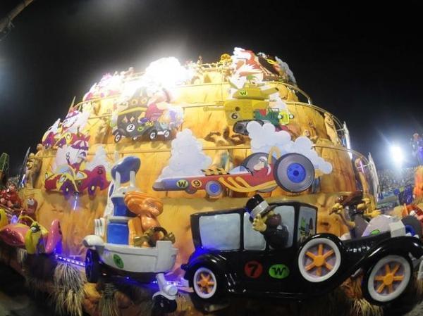 Unidos da Tijuca fecha Carnaval com tributos a Ayrton Senna e velocidade na Sapucaí