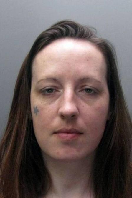 Assassina ri do banco dos réus quando ouve sentença de prisão perpétua, na Inglaterra