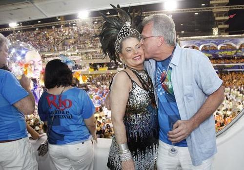 Atriz Vera Fischer não desfila pela Beija Flor de Nilópolis e sai carregada da Marquês Sapucaí