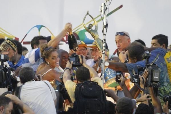 P quente! Ana Paula Evangelista, musa da Tijuca, comemora vitia