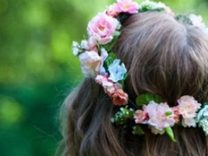 Tiago Parente aposta em flores nos cabelos das mulheres como tend麩cia