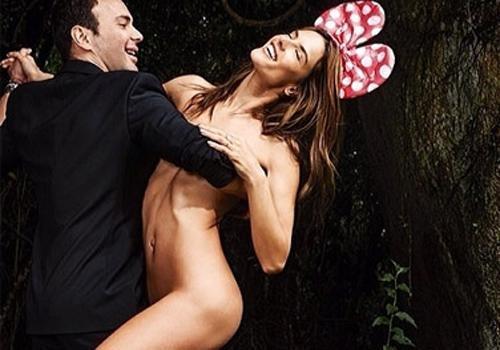 Alessandra Ambrósio fotografa nua só com laço de Minnie