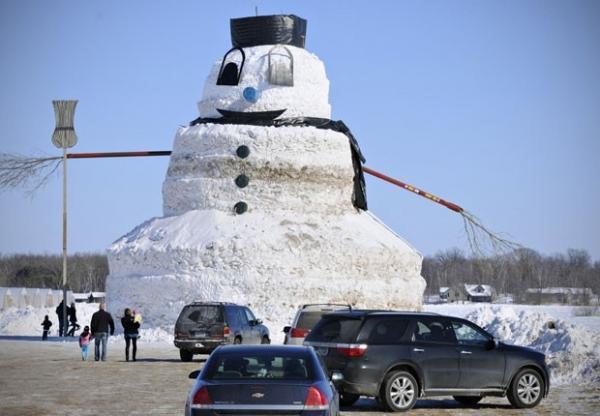 Americano constr boneco de neve de 15 metros de altura