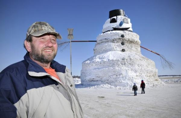 Americano constrói boneco de neve de 15 metros de altura