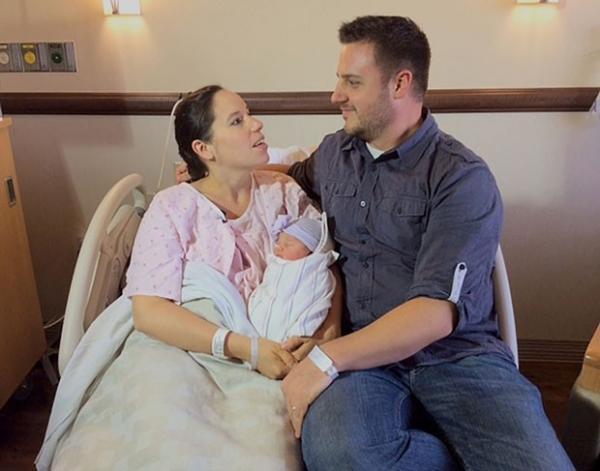 Com bombeiro no telefone, homem ajuda mulher à dar a luz filho nos EUA