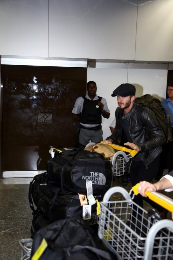 David Beckham chega ao Rio para desfile e badala na cidade