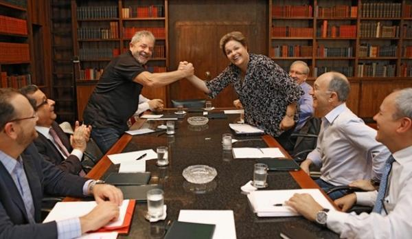 Dilma re佖e Lula, dirigentes do PT, ministro e publicit疵io em Bras匀ia