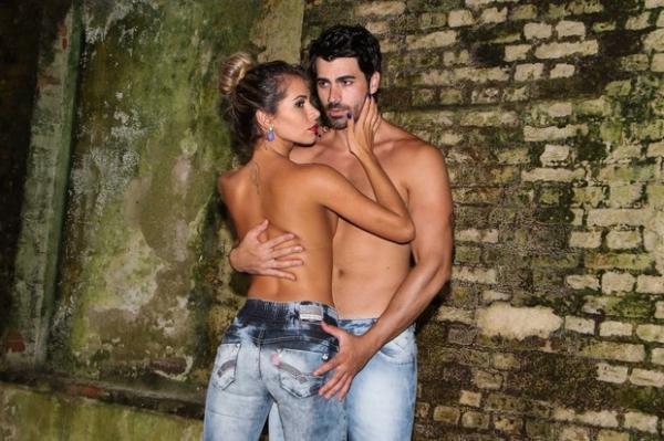 Ex-BBB Adriana posa sexy de topless ao lado de Rodrigão em ensaio de moda