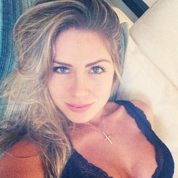 Ex-BBB Renatinha mostra foto de lingerie e recebe elogios na internet