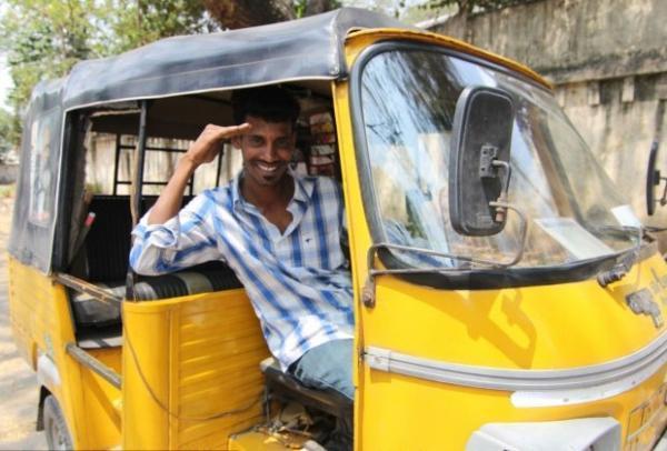 Taxista indiano ganha clientes oferecendo tablet, WiFi e TV aos seus passageiros