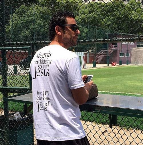 Fred corta folga, decide ir a treino e usa camiseta com frase sobre Jesus
