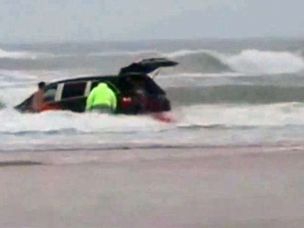 Grávida joga carro com 3 filhos em mar nos EUA; veja fotos