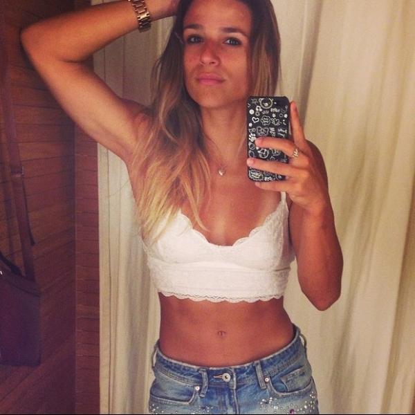 Jade Barbosa mostra barriga seca com top curtinho e decotado