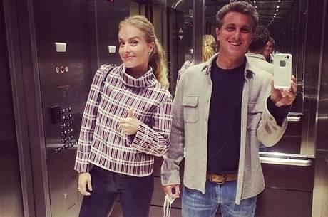 Luciano Huck e Angélica pagam mico no elevador: ?Que tal um selfie??
