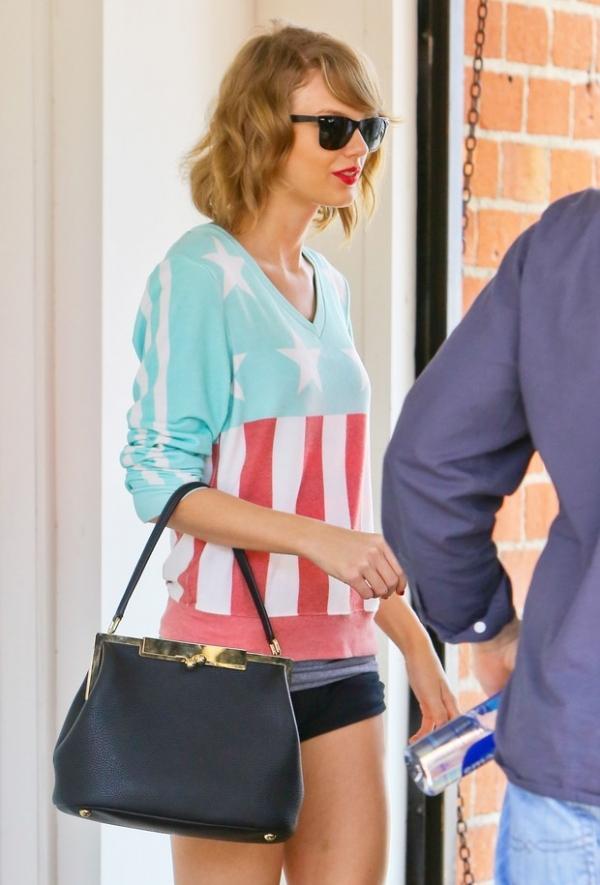 Taylor Swift mostra pernas com short minúsculo ao sair de aula de dança
