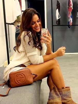 Atriz Bruna Marquezine faz selfie com as pernas de fora; veja imagem!