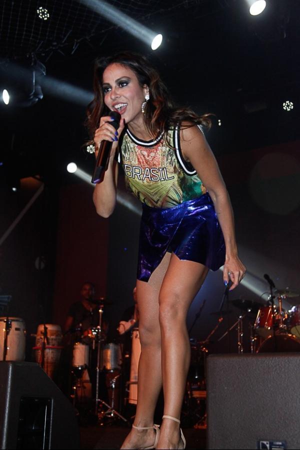 De saia, Alinne Rosa também usa shortinho para não mostrar demais