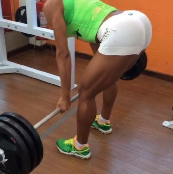 Gracyanne Barbosa empina  o bumbum e aproveita sábado para malhar muito