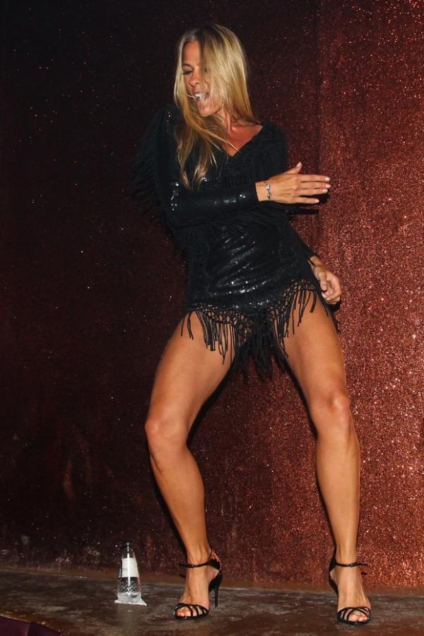 Adriane Galisteu se empolga dançando