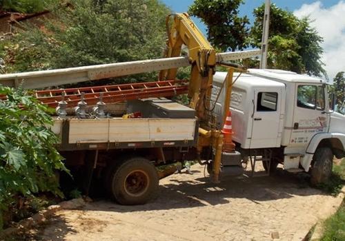Caminhão que presta serviço para Eletrobras perde controle e bate em barranco no PI