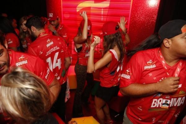 Ela não para! Sabrina Sato dança até o chão em camarote na Sapucaí