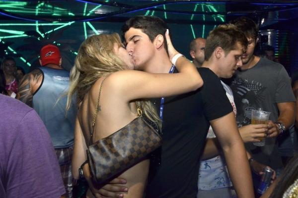Esquentou! Enzo Celulari e Veridiana Freitas trocam beijos no Rio de Janeiro