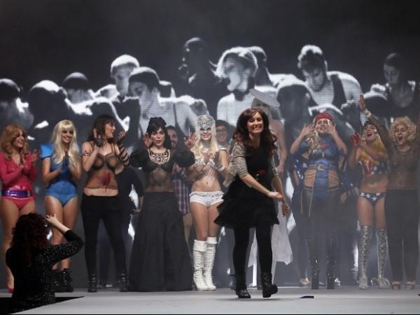 Lady Gaga e Madonna são inspiração de desfile de pintura corporal