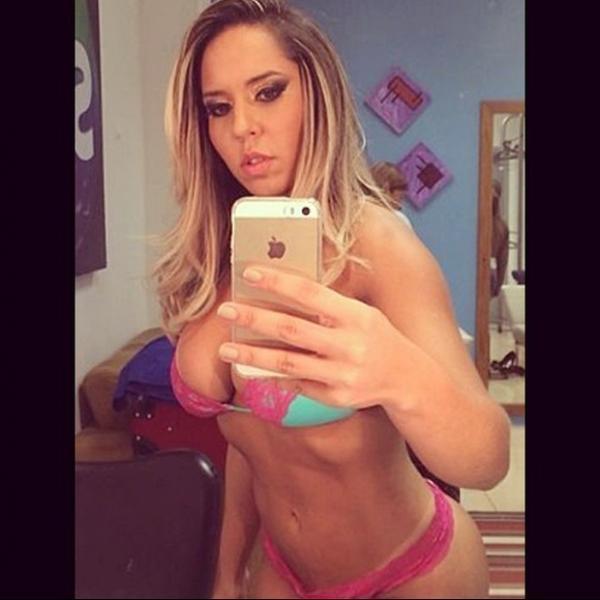 Renata Frisson, a Mulher Melão, compartilha selfie sensual na internet