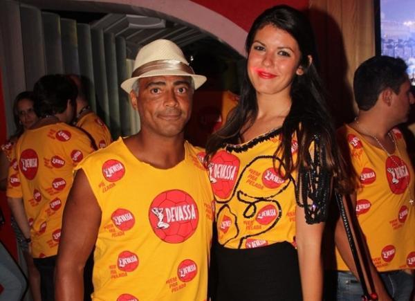 Romário circula com morena na folia, mas nega affair: