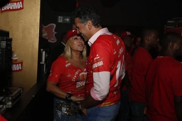 Susana Vieira beija muito e assume namoro no desfile das campeãs