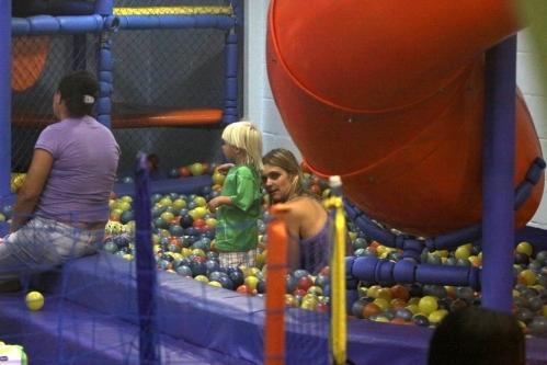 Fernanda Lima se diverte com os filhos em shopping center no Rio