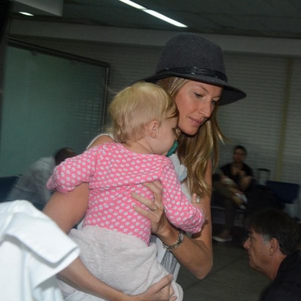 Gisele Bündchen desembarca com a filha em São Paulo