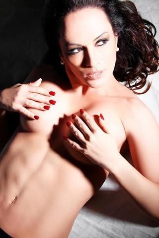 Núbia Oliiver desiste de posar nua com a irmã de 18 anos e faz ensaio sensual
