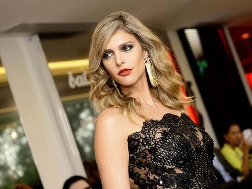 Para abrir o desfile do preview de sua coleção de verão 2014-2015, o estilista convocou a apresentadora Fernanda Lima