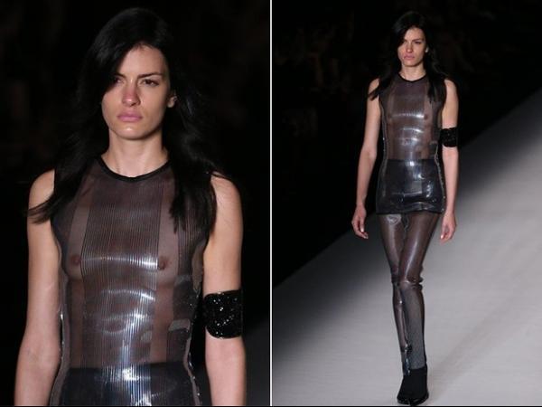 Transparência de look deixa modelo com seios à mostra no SPFW