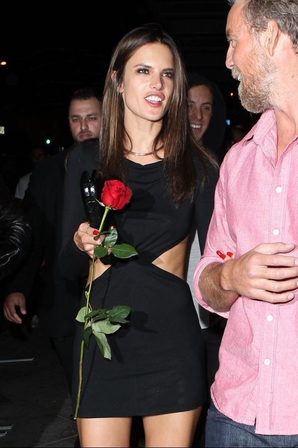 Alessandra Ambrósio se descuida e mostra calcinha em saída de festa