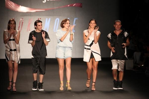 Bruna Marquezine desfila no Fashion Rio com a amiga Sasha na plateia