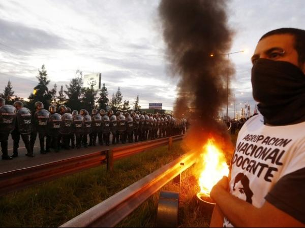Confronto em dia de greve geral na Argentina deixa feridos e fecha vias