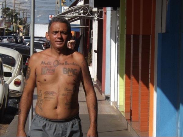 Desempregado tatua anúncios pelo corpo e procura cliente para a testa