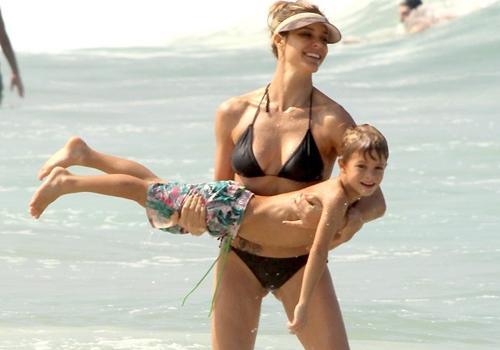 Fernanda Lima vai à praia com os filhos e exibe corpão