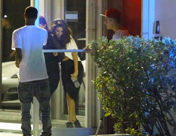 Selena Gomez deixa estúdio cambaleando ao lado de Justin Bieber