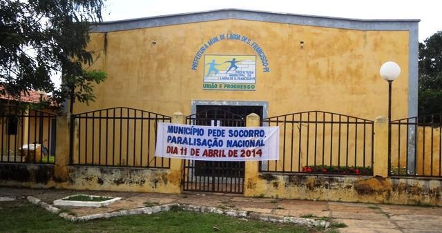 Prefeito fecha as portas da prefeitura para protestar pela falta de recursos