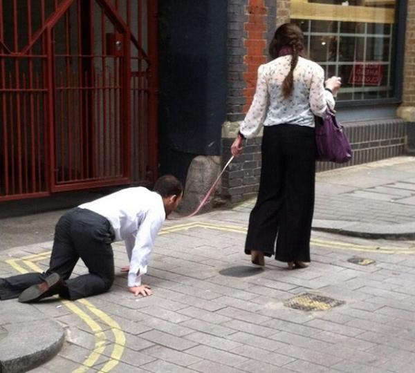 Britânica é flagrada puxando homem em coleira como