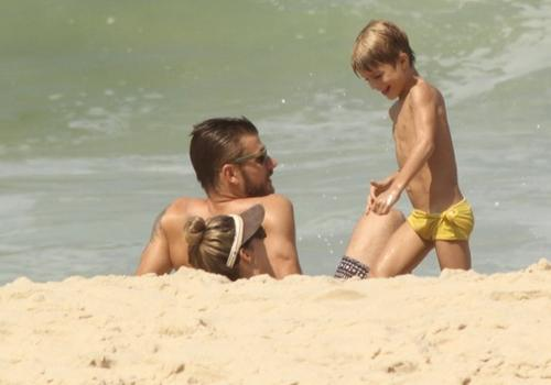 Fernanda Lima impressiona em dia de praia com Hilbert e gêmeos