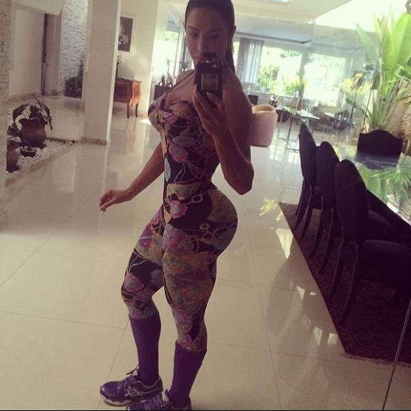 Gracyanne Barbosa posa de perfil e surpreende com bumbum empinado