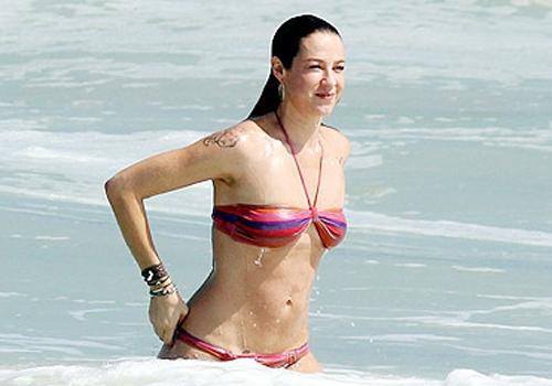 Luana Piovani exibe o corpo em forma em dia de praia no Rio