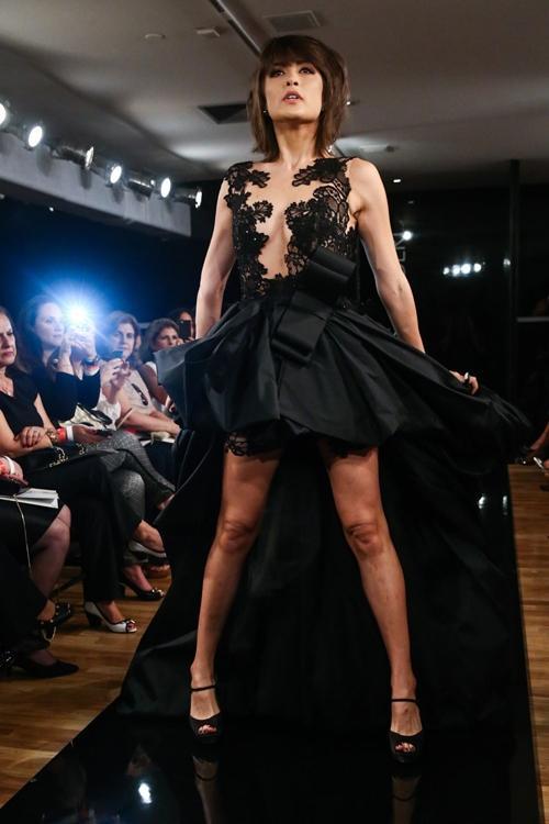 Para casar! Maria Casadevall desfila com vestido de noiva preto