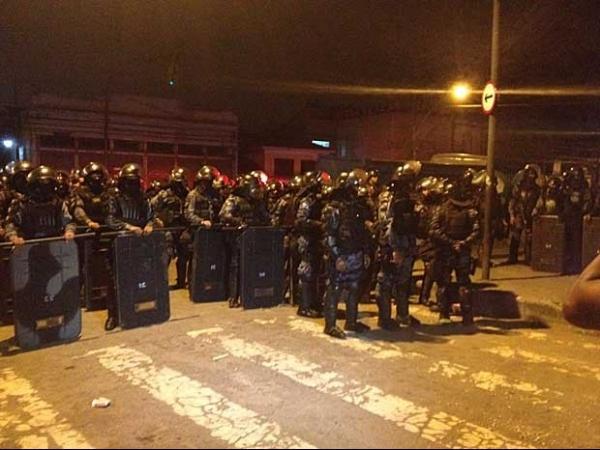 Polícia Militar e ocupantes do terreno da Oi entram em confronto durante reintegração no Rio